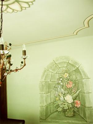 Nische mit Blumenstrauß